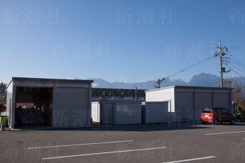 駐車場の端に特設された巨大なゴミ集積倉庫
