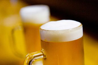 冷たいビールは「論外」(※写真はイメージ)