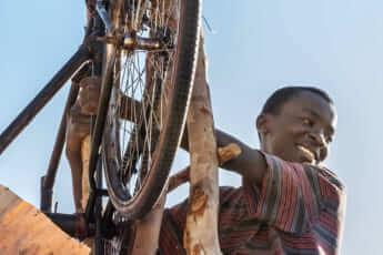 アフリカの小国「マラウイ」の村を飢饉から救った「風車」と「少年」