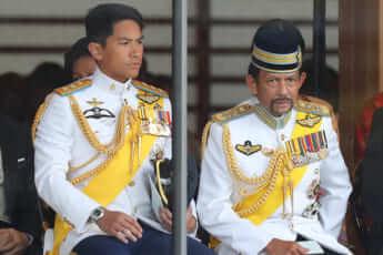 (右から)ブルネイの国王と話題の王子