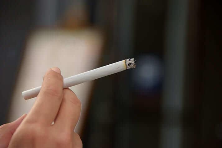 タバコを持つ手(イメージ)