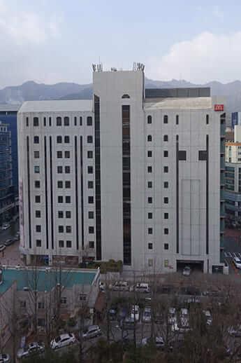 京畿道果川市にある「新天地」教会本部(チェグァンモ/Wikimedia Commons)