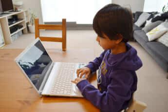 PCで学習する子ども