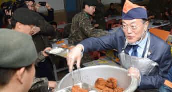 メイン=軍でとんかつを配膳する文大統領。統治時代のとんかつ料理を律儀に守る