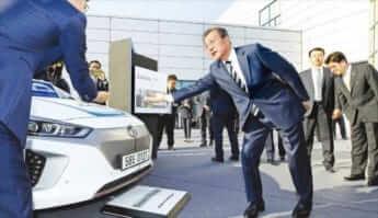1現代の水素自動車を視察する文大統領