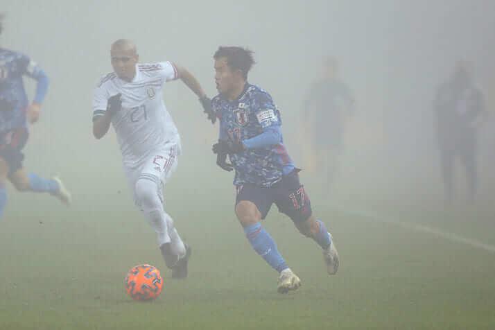 濃霧の中を走る久保建英