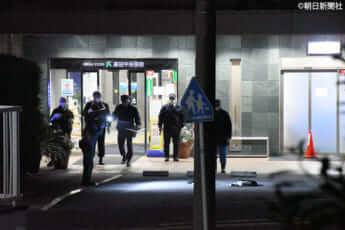 住吉会系の男性組員が倒れていた現場付近で捜査をする神奈川県警の警察官(©朝日新聞社)