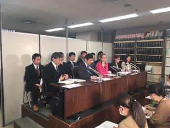 今年2月、連れ去りを国が規制しないのは違法として、男女14人が国に損害賠償を求める訴訟を東京地裁に起こした(霞ヶ関・司法記者クラブ)