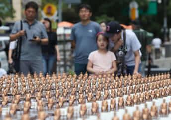ミニチュア慰安婦像が並ぶ
