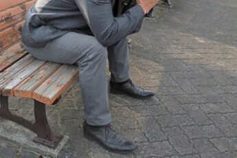 ベンチに座る男性イメージ