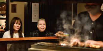 カウンターから職人の調理姿を眺める。待ち遠しそう