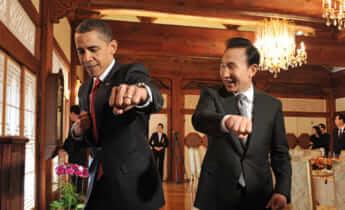 李明博大統領からテコンドー道着をもらった後、正拳突きの姿勢を取って見せたオバマ大統領