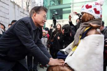 2017年、釜山日本領事館前の慰安婦像にて