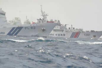中国公船「海警」と海保「巡視船」(仲間均石垣市議撮影)