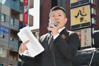 東京・新橋で街頭演説に立った橋本氏(4月11日)